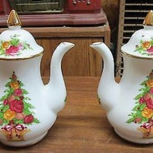 ROYAL ALBERT OLD COUNTRY ROSE CHRISTMAS PEPPER SET